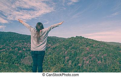 montagna, donna, giovane, braccia, applauso, aperto
