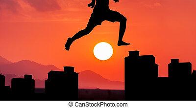 montagna, silhouette, giovane, tramonto, fondo, jumpping, uomo