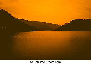 montagna, silhouette, sopra, cielo, arancia, crepuscolo