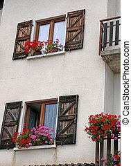 montagne, été, fleuri, géraniums, maison, balcon