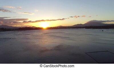 montagne, chargé, soleil, sur, calme, mais, lac, monture, petit, bambou, structure