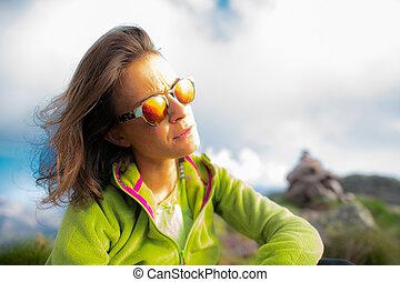 montagne, donna, riposare, sole, dall'aspetto, ritratto, occhiali