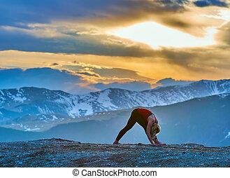 montagne, donna, yoga, tramonto