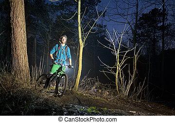 montagne faisant vélo, crépuscule