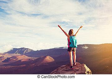 montagne, femme, bras, randonneur, coucher soleil, pic, ouvert, heureux
