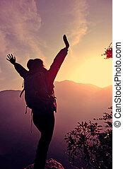 montagne, femme, bras, randonneur, pic, ouvert