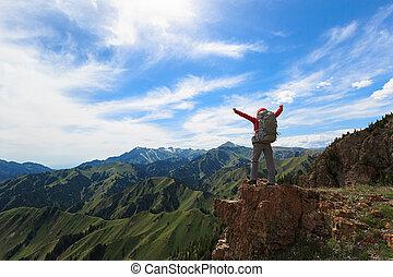 montagne, femme, réussi, bras, randonneur, pic, ouvert