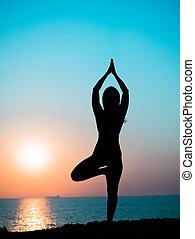 montagne, femme, yoga, impressionnant, mince, jeune, contre, océan, time., rayons, mer, pratiquer, girl, silhouette, ou, levers de soleil, sunset.
