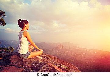 montagne, femme, yoga, jeune, pic