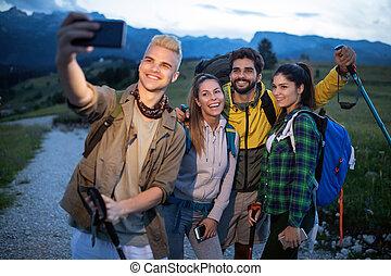 montagne, groupe, délassant, reposer, hiking., randonneurs, selfie., quoique, amis, prendre
