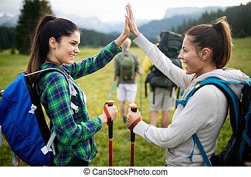 montagne, groupe, réussi, applaudissement, sommet, amis, heureux