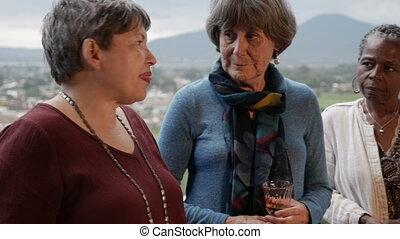 montagne, groupe, sur, 50, conversation, femmes, divers, balcon, vue
