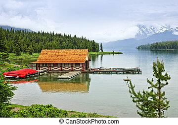 montagne, hangar bateaux, lac
