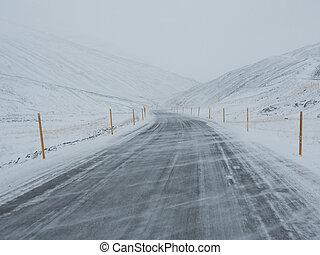 montagne, hiver, soufflé, neige, neige, route, couvert, côté, vent