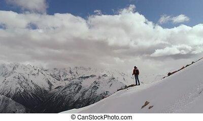 montagne, pierres, bas, va, vue, frontière, montagnes., neige-couvert, contre, homme, lunettes soleil, toile de fond, neige, aérien, sac à dos, jeune, crête