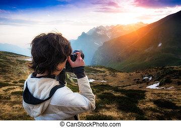 montagne, ragazza, tramonto, fotografare
