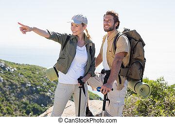 montagne, randonnée, pointage, couple, regarder, sommet