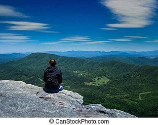 montagne, randonneur, a couru, sur, regarder dehors