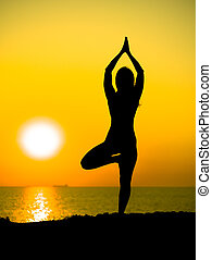 montagne, rayons, yoga, pratiquer, impressionnant, mince, jeune, jaune, océan, time., femme, contre, mer, silhouette, girl, ou, levers de soleil, sunset.