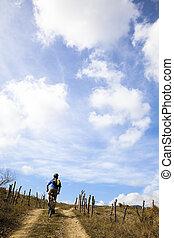 montagne, regarder, ciel, jeune, nuageux, équitation vélo,...