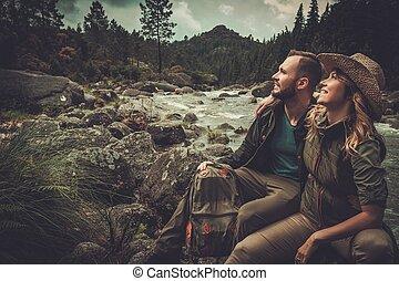 montagne, séance, couple, gai, river., sauvage, randonneurs