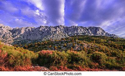 montagne, serie, con, cielo nuvoloso