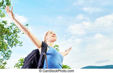 montagne, sien, ouvert, sommet, ciel, contre, femme, mains, touriste, heureux