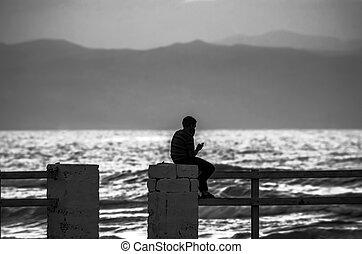 montagne, silhouette, absheron, seduta, mobile, baku, azerbaijan, sfocato, dall'aspetto, telefono, time., tramonto, sea., fondo, ringhiera, caspio, mano, mare, uomo