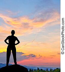 montagne, silhouette, colorito, giovane, tramonto, uomo