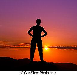 montagne, silhouette, giovane, tramonto, uomo