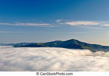 montagne, sopra, il, nebbia