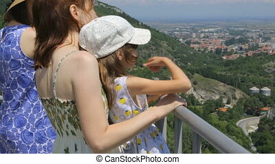 montagne, touristes, regarder bas