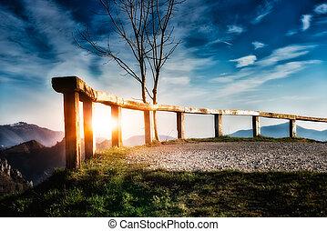 montagne, tramonto, recinto
