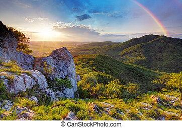 montagne verte, coucher soleil