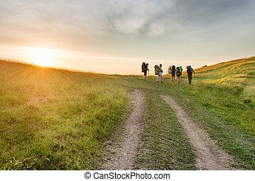 montagnes, amis, groupe, coucher soleil, randonnée