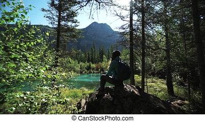 montagnes bleues, pierre, femme, touriste, pittoresque, grand, séance, jeune, lac, glisseur, fps, 50