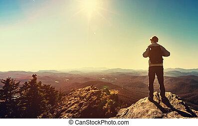 montagnes, bord, position homme, falaise, négligence