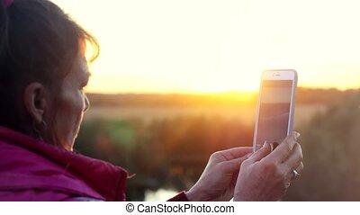 montagnes, femme, âge, téléphone, mûrir, pendant, utilisation, sunset.
