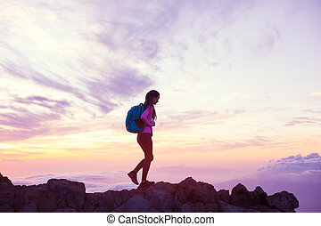 montagnes, femme, coucher soleil, randonnée