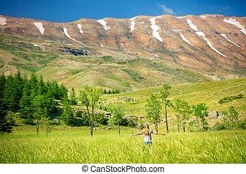 montagnes, femme, heureux