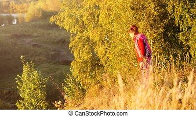 montagnes, femme, repos, randonneur, mûrir, rocher, pendant, sunset.