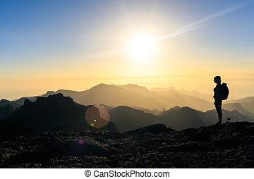 montagnes, femme, silhouette, randonnée, reussite, coucher soleil
