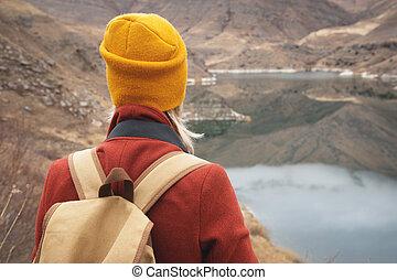 montagnes, gros plan, dos, lac, fond, voyageur, girl
