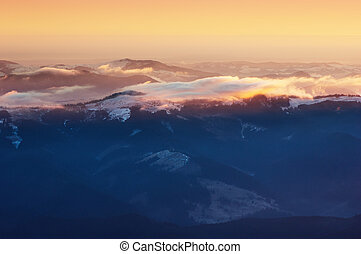 montagnes, lever soleil coloré