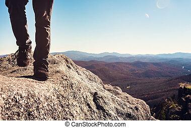 montagnes, marche, élevé, bord, au-dessus, homme, falaise