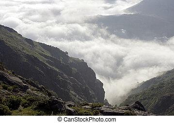 montagnes, nuages, milieu