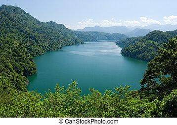 montagnes, paisible, forêts, entourer, lac