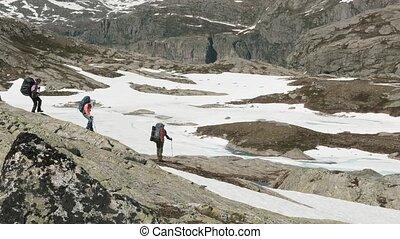 montagnes, randonnée, neigeux