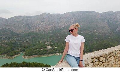 montagnes, regarder, femme, château, beau, séance, bleu, vieux, lac, mur, vue