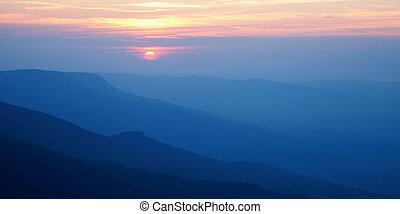 montagnes, silhouettes, coucher soleil